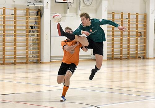 Potku lähtee. Uudenkaupungin Pallokerhon Juuso Lahti kurottaa palloon Torre Calcion pelaajan nenän edestä. Joukkueet kohtasivat viime viikonloppuna Uudessakaupungin Pohitullissa piirisarjan futsal-turnauksessa. Jussi Arola, Uudenkaupungin Sanomat.