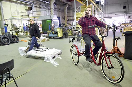 Kolmipyöriä ja puupyöriä. Salon polkupyörätehdas alkaa valmistaa keväällä kolmipyöräisiä polkupyöriä. Tapio Palomäki ajelee Salossa kehitetyllä mallilla. Tehtaan ensi kevään tuotannossa ovat myös puupolkupyörät. Niiden taustalla on kokemäkeläinen idea ja osakeyhtiö Wood Innovations Finland Oy. Wiilubiket tehdään koivusta. Takana kävelee Sami Palomäki. Marko Mattila, Salon Seudun Sanomat.