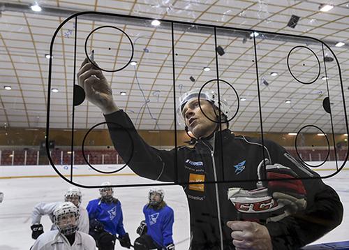 Salon Kiekkohaiden 2004-syntyneiden joukkueen valmentaja Tomi Raassina ja osa pelaajista. Ikäluokan pelaajia on Kiekkohaissa noin 20. He pelaavat kahdessa joukkueessa kahta eri sarjatasoa, Länsirannikon D2AAA- ja D2A-sarjaa. Kuva: Kirsi-Maarit Venetpalo.