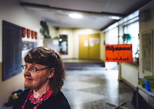 Opettaja Kati Käiväräinen on tyytyväinen, että Ylioppilastutkintolautakunta muutti psykologian koetta hyvin maltillisesti ensimmäiseen sähköiseen ylioppilaskirjoitukseen. Aineistona oli muun muassa videota. Käiväräinen opettaa psykologiaa, uskontoa ja filosofiaa Elisenvaaran koulussa. – Psykologian ylioppilaskokeiden tarkistaminen oli helpompaa, sillä opiskelijoiden vastauksia oli helpompi verrata keskenään, kun ne ovat sähköisessä muodossa. Kuva: Mikael Rydenfelt.