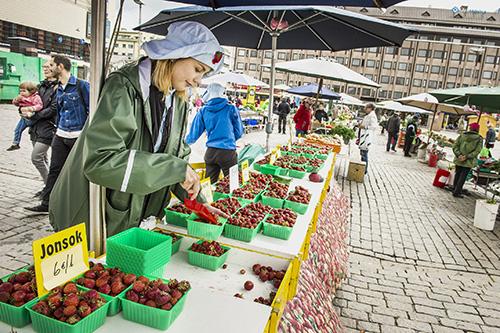 Annemari Raiko myy pöytyäläisen Raikon marjatilan mansikoita Turun torilla.
