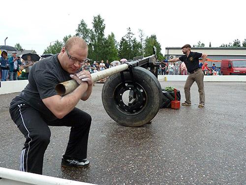 Tarvasjoen vahvin mies. Tarvasjokelainen Jani Holm valmistautui ottamaan kaiken irti itsestään Conan-pyörässä. Kyseessä on Tarvasjoen kyläkarnevaaleilla järjestetty voimamieskisa. Conan-pyörä toimii napakelkan tapaan, ja siinä koitetaan kantaa painavaa aisaa mahdollisimman monta metriä. Ainoana Suomessa Tarvasjoen Conanissa on matkan mukana kasvava paino. Kuva: Tuomas Honkasalo, Auranmaan Viikkolehti.