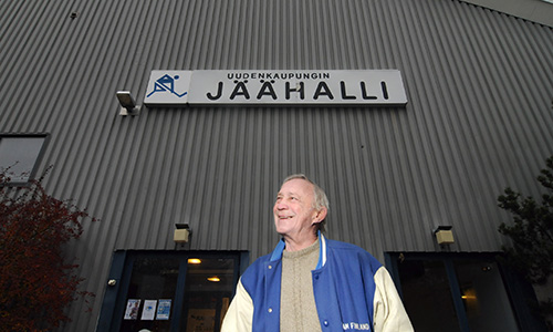 """Matti """"Mölli"""" Keinonen on tunnettu omaperäisistä kiemuroistaan, """"Ruotsin tappajana"""" onnistuttuaan erityisesti Ruotsia vastaan käydyissä maaotteluissa. Hänen numeronsa, 7, on jäädytetty hänen entisessä joukkueessaan Rauman Lukossa. Kuva on vuodelta 2011."""