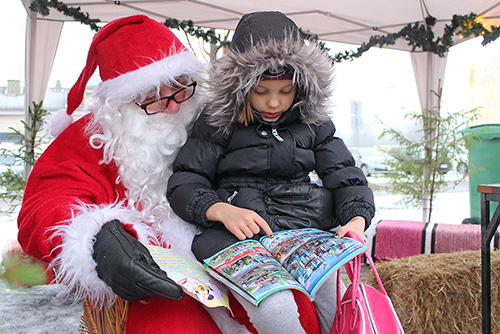 TARKENNETTUJA LAHJATOIVEITA. Kuusivuotias Liisamaija Kontturi selvitti viime lauantaina Kyrön joulumarkkinoilla joulupukille lahjatoivettaan. Liisamaija oli tavannut joulupukin jo aiemmin Tuurissa ja halusi nyt täsmentää karvapallosta, Legoista ja hampaattomasta lohikäärmeestä koostuvaa lahjalistaansa. Hän kiipesikin rohkeasti pukin polvelle ja näytti lelukuvastosta, millaista Lego-pakkausta hän tarkalleen ottaen toivoo. Kuva:Kiti Salonen, Auranmaan Viikkolehti.