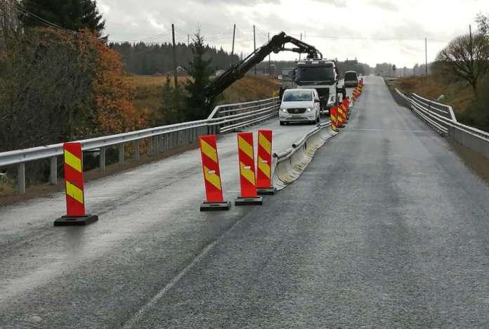 Rekoisten sillalla Salontiellä Marttilassa tehtiin torstaina remontin viimeistelytöitä. Kuva: Simo Päivärinta.