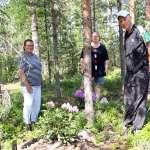 Kyrön pururadan maastoon perustetun alppiruusupuiston taustalla on Maire Toivosen, Sirja Ojasen ja Seppo Vuoren rakkaus kukkiin ja puutarhatöihin. Kolmikko istutti ensimmäiset ostamansa ja lahjoituksina hankkimansa alppiruusut pururadan männikköön viime kesänä.